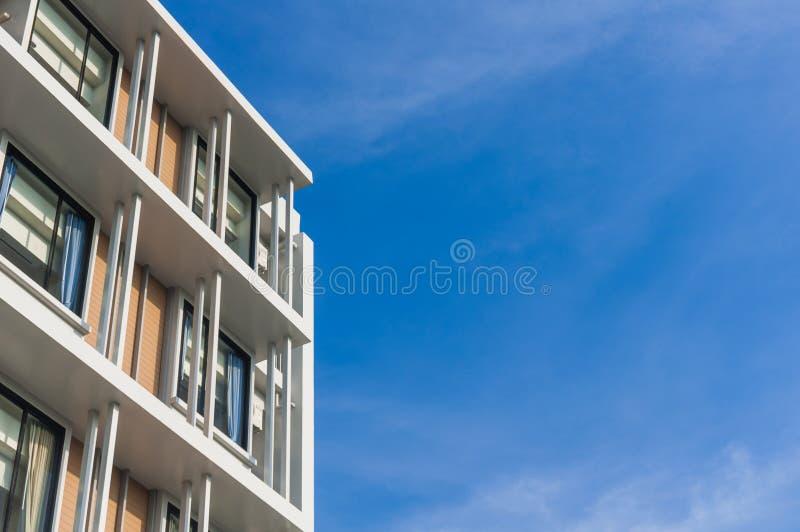 Fermez-vous vers le haut d'une partie de style moderne de condominium sur le fond de ciel bleu images libres de droits