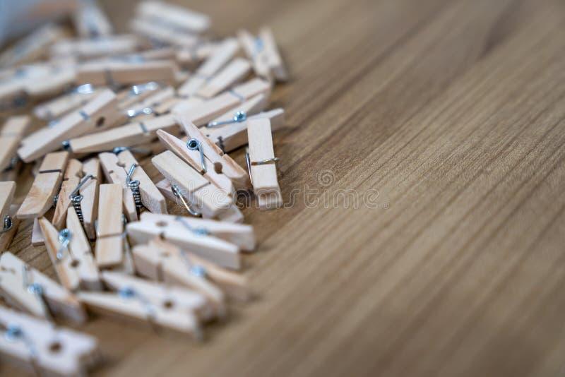 Fermez-vous vers le haut de beaucoup de nouvelles agrafes en bois sur la table en bois photo libre de droits