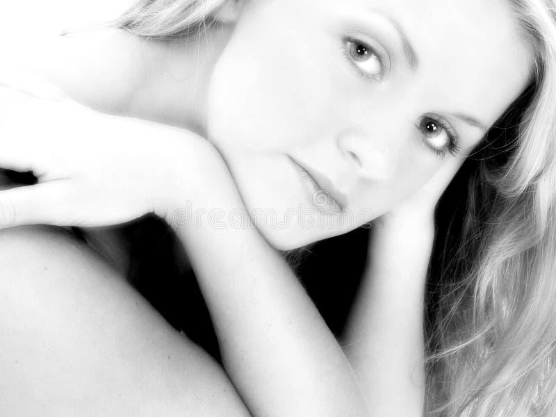 Fermez-vous vers le haut de beaux 17 ans de l'adolescence en noir et blanc photo stock