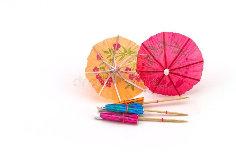Fermez-vous vers le haut de coloré de beaucoup de parapluies de cocktail sur le backgrou blanc images libres de droits