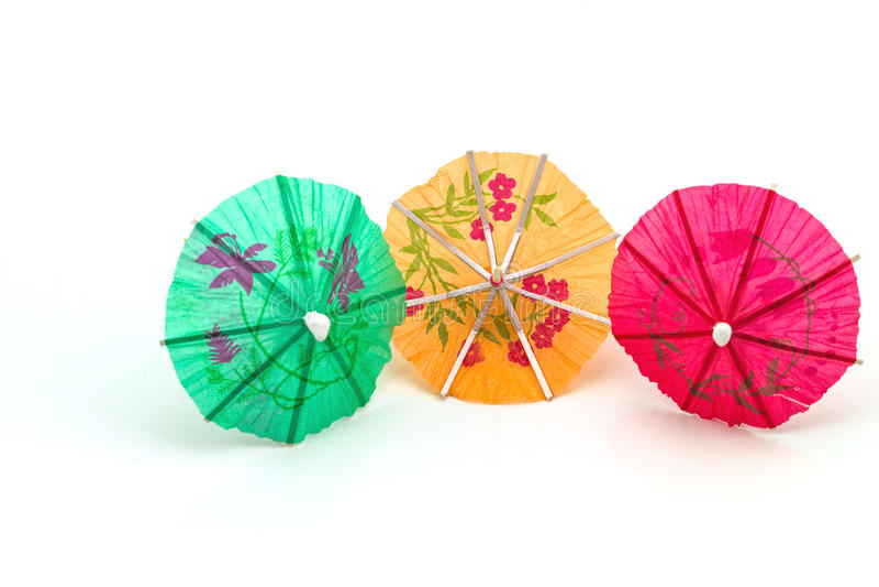 Fermez-vous vers le haut de coloré de beaucoup de parapluies de cocktail sur le backgrou blanc image stock