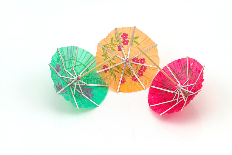 Fermez-vous vers le haut de coloré de beaucoup de parapluies de cocktail sur le backgrou blanc photographie stock libre de droits