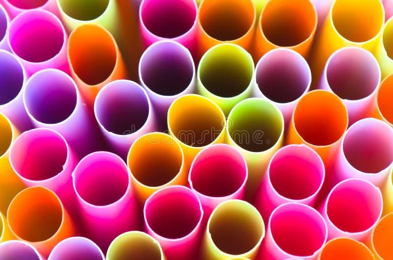 Fermez-vous vers le haut de coloré du fond de paille à boire image stock