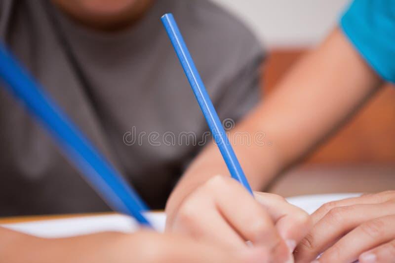 Fermez-vous vers le haut de deux crayons lecteurs de fixation de bras photo stock
