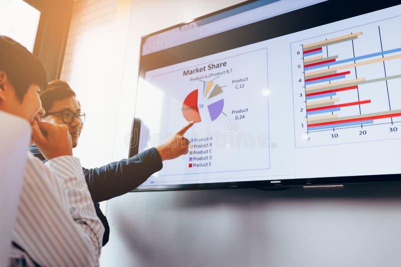 Fermez-vous vers le haut de deux gens d'affaires de diagramme d'analyse fonctionnant ensemble à photos stock