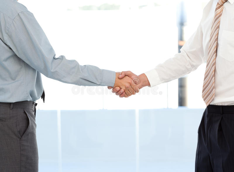 Fermez-vous vers le haut de deux hommes d'affaires concluant une affaire images stock