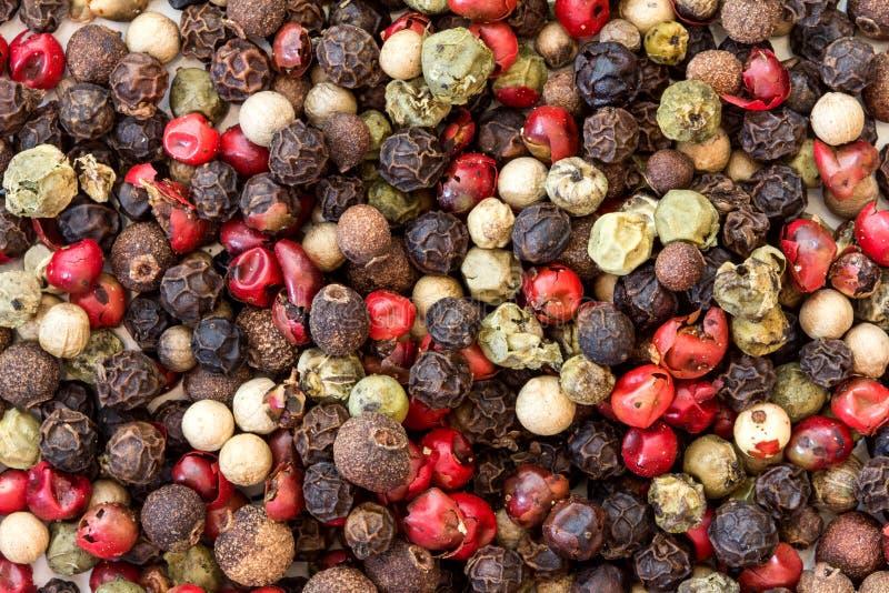 Fermez-vous vers le haut de du type mixte des grains de poivre fond, vue supérieure ou photos libres de droits