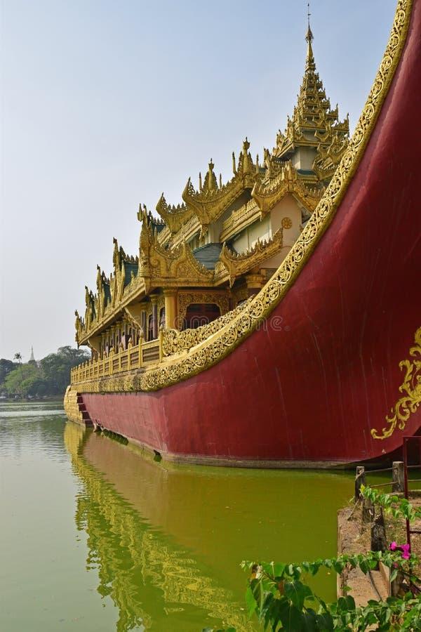 Fermez-vous vers le haut de Front View de palais de Karaweik au lac Kandawgyi, Yangon, Birmanie photo stock