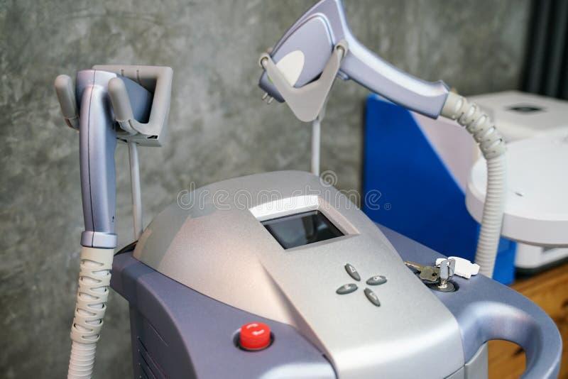 Fermez-vous vers le haut de l'équipement de laser de traitement de peau pour des procédures cosmétiques photo libre de droits