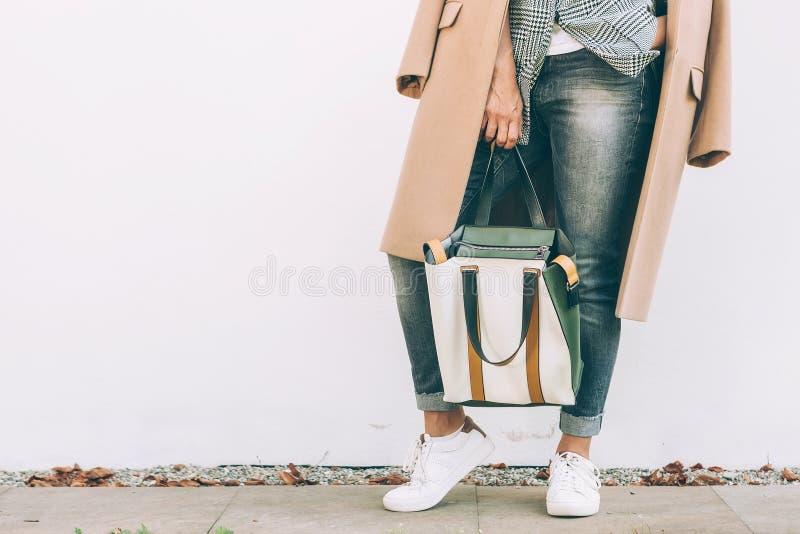 Fermez-vous vers le haut de l'équipement occasionnel de ville d'automne de femme d'image avec le sac de client photographie stock libre de droits