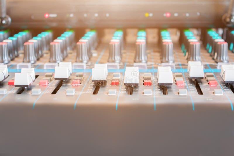 Fermez-vous vers le haut de l'affaiblisseur du vieux volume de mixeur son ajustant le contrôleur de boutons dans la salle de comm photo libre de droits