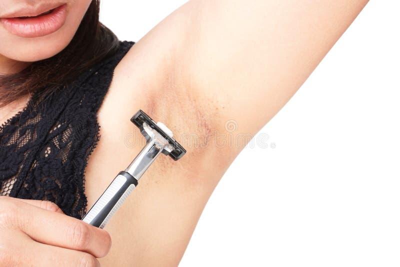 Fermez-vous vers le haut de l'aisselle de problème de femme avec le rasoir rasant sur le backgr blanc images stock