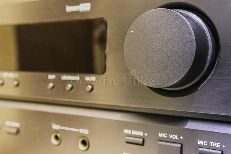 Fermez-vous vers le haut de l'amplificateur de stéréo de volume photos libres de droits