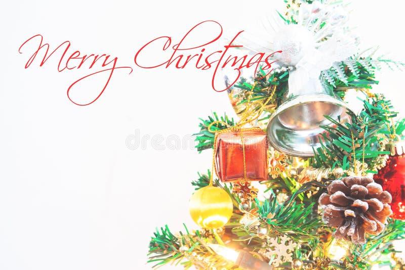 Fermez-vous vers le haut de l'arbre de Noël avec la typographie photographie stock