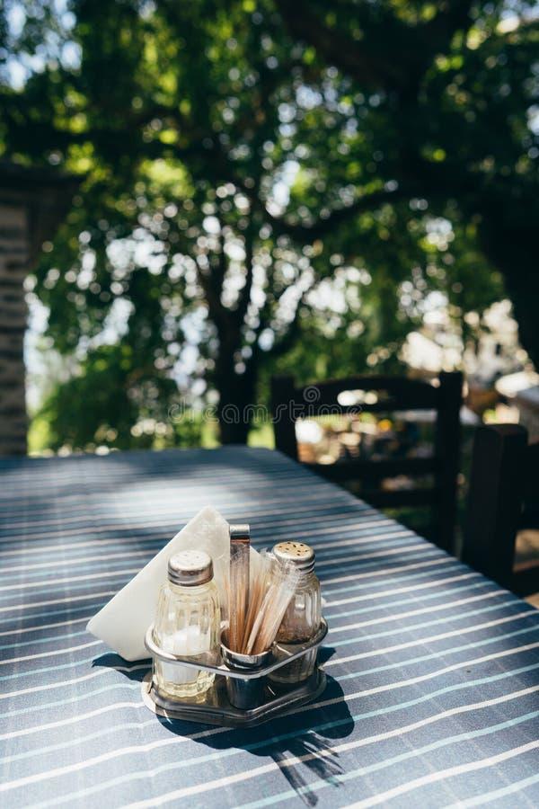 Fermez-vous vers le haut de l'arrangement blanc de table dans le restaurant image stock