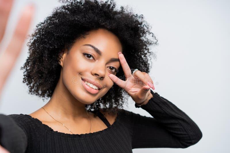 Fermez-vous vers le haut de l'autoportrait d'une belle femme d'afro-américain prenant un selfie image libre de droits