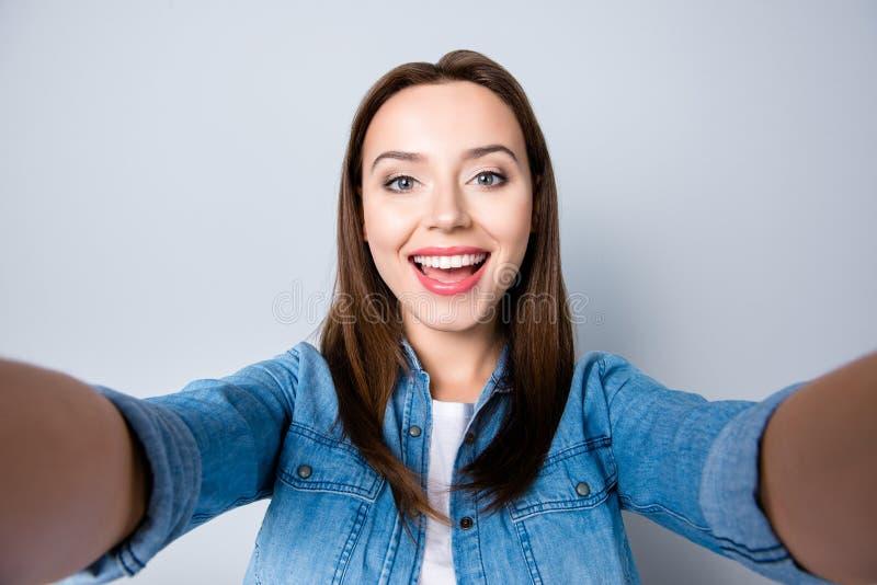 Fermez-vous vers le haut de l'autoportrait de la jolie fille de brune heureuse avec le faisceau photos stock