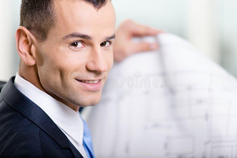 Fermez-vous vers le haut de l'homme d'affaires avec la disposition images stock