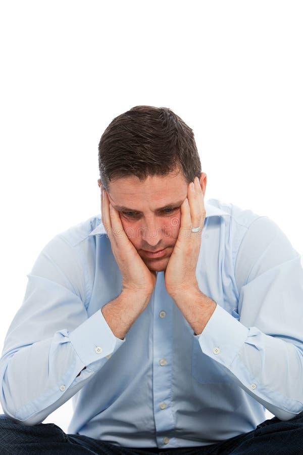 Fermez-vous vers le haut de l'homme d'affaires inquiété avec des mains sur le visage photo stock