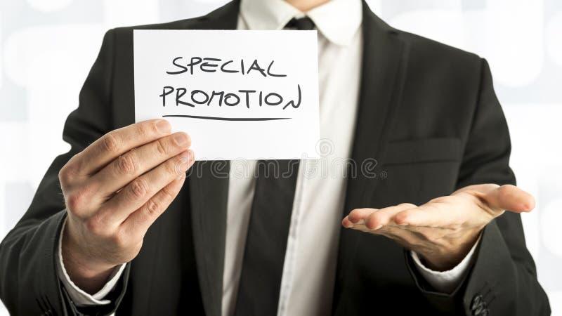 Fermez-vous vers le haut de l'homme d'affaires ou du vendeur Holding Small Paper avec Specia photos stock