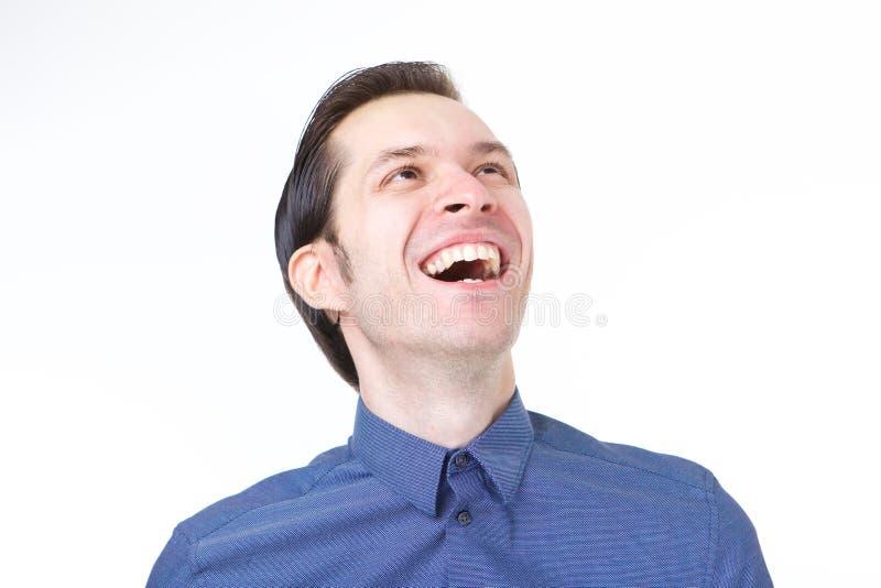 Fermez-vous vers le haut de l'homme riant de tenue professionnelle décontractée sur le fond blanc photos stock