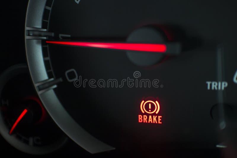 Fermez-vous vers le haut de l'icône de signal de feu de freinage sur le panneau de voiture photos stock
