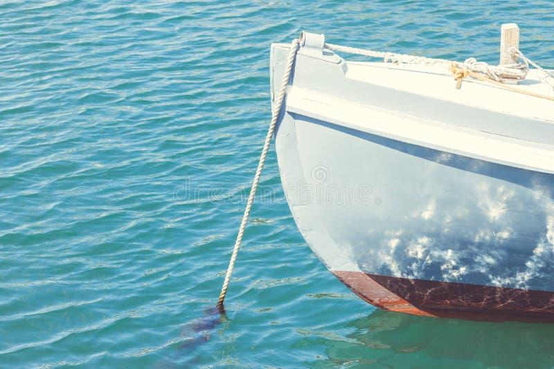 Fermez-vous vers le haut de l'image d'un canot amarré photo libre de droits