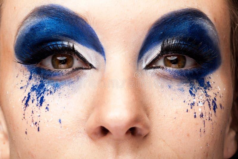 Fermez-vous vers le haut de l'image de la belle femme avec le maquillage créatif image libre de droits