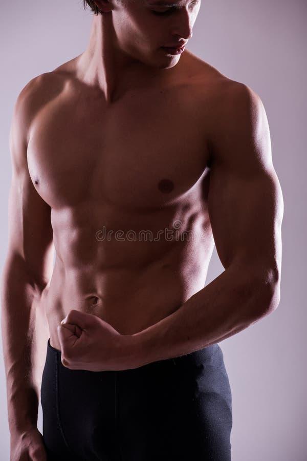 Fermez-vous vers le haut de l'image du torse masculin parfait musculaire photographie stock