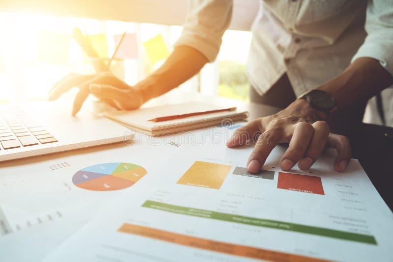 Fermez-vous vers le haut de l'image de la comptabilité d'entreprise d'analyse sur des feuilles d'infos B images libres de droits