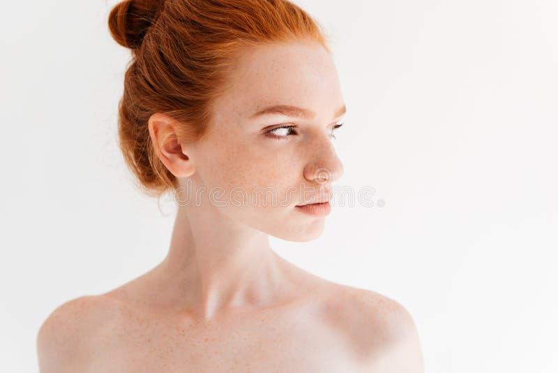 Fermez-vous vers le haut de l'image de la femme assez nue de gingembre regardant loin photo stock