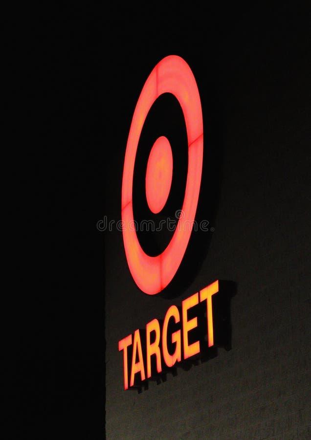 Fermez-vous vers le haut de l'image la nuit du signe iconique de magasin discount de cible images libres de droits