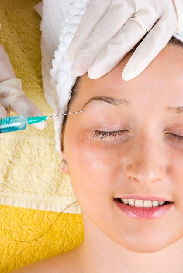Fermez-vous vers le haut de l'injection avec le botox dans le sourcil photos libres de droits