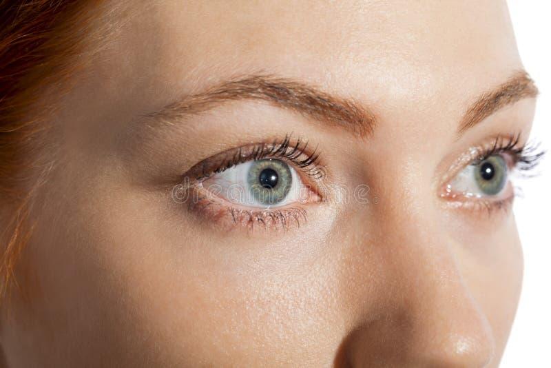 Fermez-vous vers le haut de l'oeil de femme recherchant photo stock