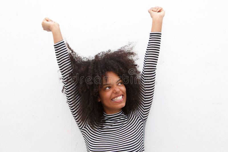 Fermez-vous vers le haut de la belle femme de couleur heureuse avec des bras tendus image stock