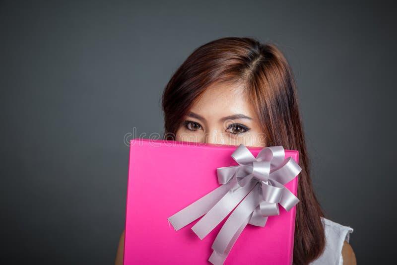Fermez-vous vers le haut de la belle fille asiatique avec un boîte-cadeau photo stock