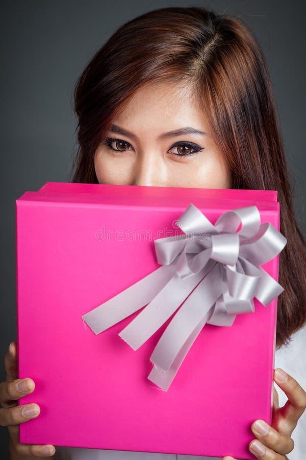 Fermez-vous vers le haut de la belle fille asiatique avec un boîte-cadeau photos stock
