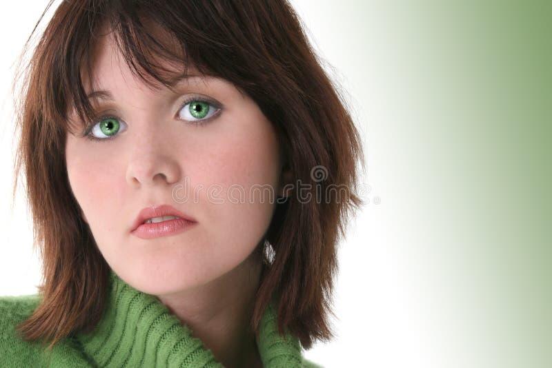 Fermez-vous vers le haut de la belle fille de l'adolescence avec les yeux verts images libres de droits