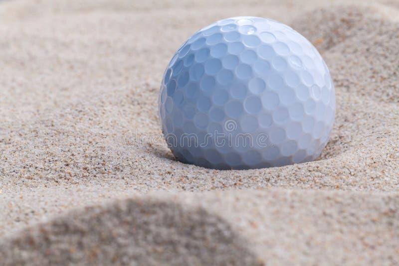 Fermez-vous vers le haut de la boule de golf en soute de sable photo libre de droits