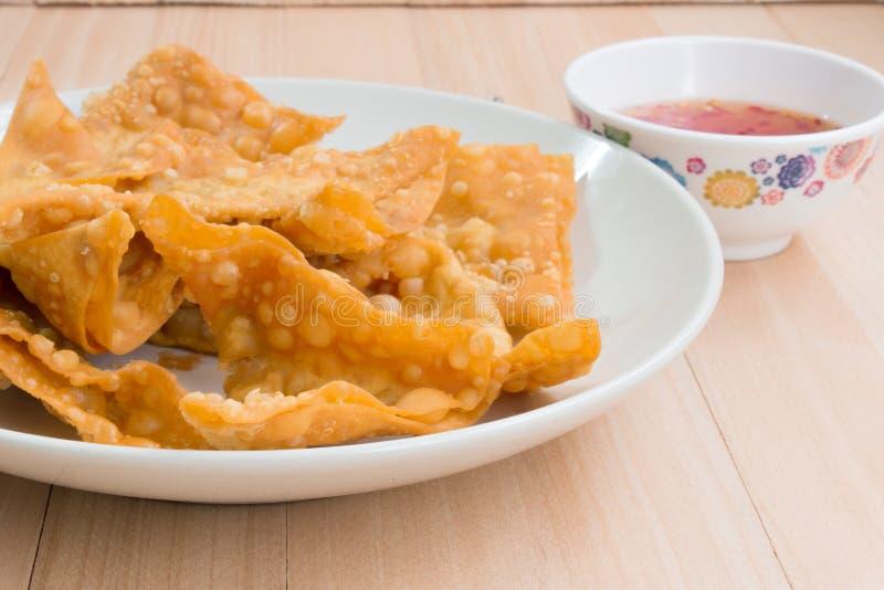 Fermez-vous vers le haut de la boulette frite délicieuse croustillante avec de la sauce épicée image stock