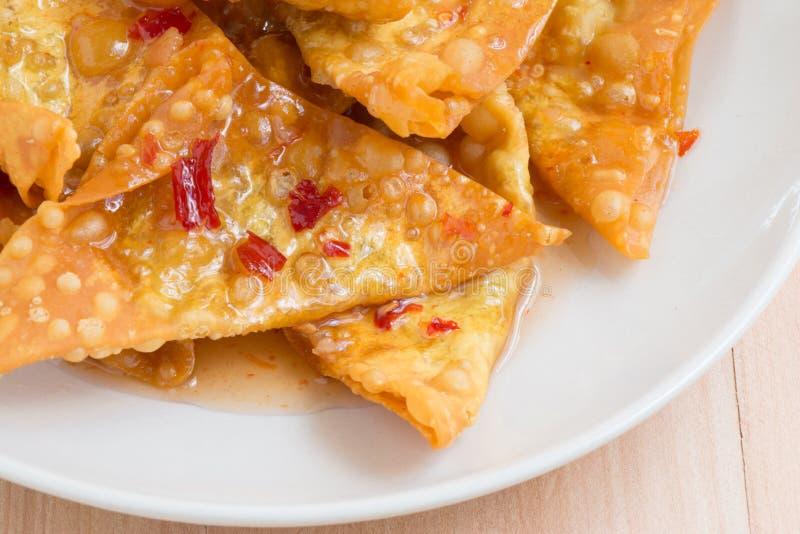 Fermez-vous vers le haut de la boulette frite délicieuse croustillante avec de la sauce épicée photo libre de droits