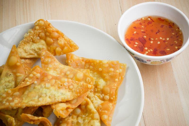 Fermez-vous vers le haut de la boulette frite délicieuse croustillante avec de la sauce épicée photo stock