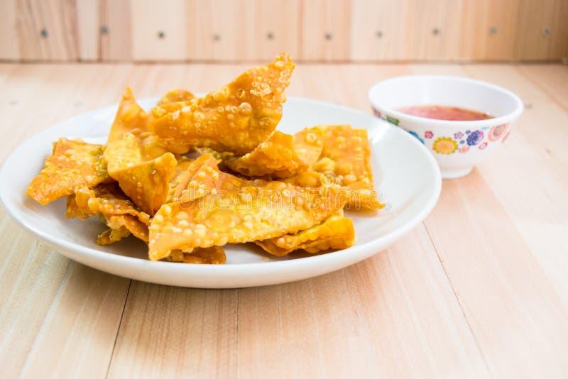 Fermez-vous vers le haut de la boulette frite délicieuse croustillante avec de la sauce épicée images stock