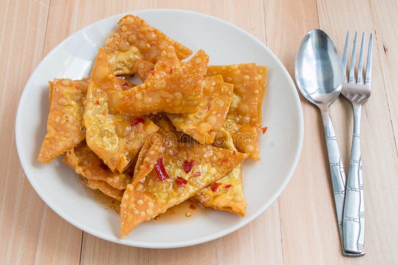 Fermez-vous vers le haut de la boulette frite délicieuse croustillante avec de la sauce épicée photos libres de droits