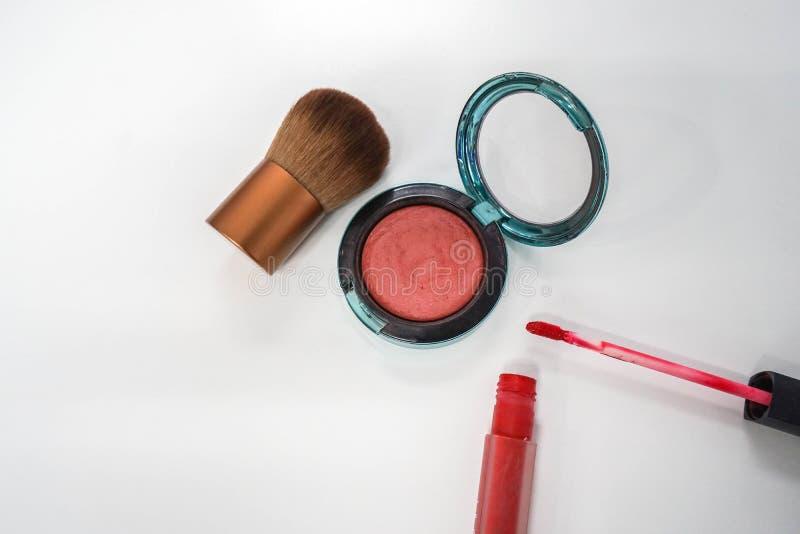 Fermez-vous vers le haut de la brosse d'isolement de joue et balayez dessus avec la lèvre mate rouge photos stock