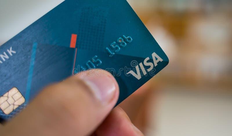 Fermez-vous vers le haut de la carte visa bleue avec le fond trouble image libre de droits