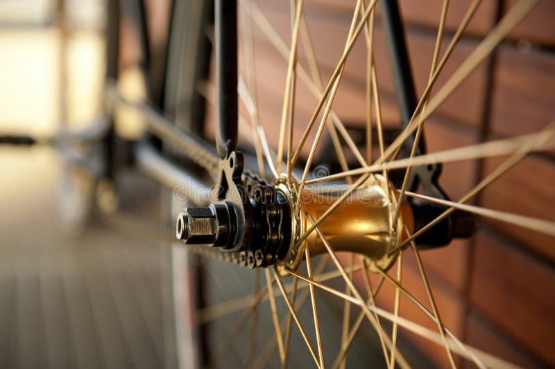 Fermez-vous vers le haut de la chaîne et du hub, bicyclette de route photo stock
