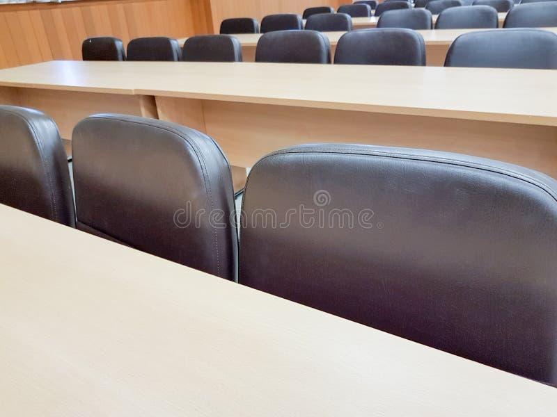 Fermez-vous vers le haut de la chaise vide dans la salle de conférence images stock