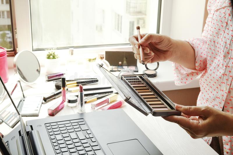 Fermez-vous vers le haut de la composition du dessus de table du ` s de femme avec l'ordinateur portable et les différents access photographie stock libre de droits