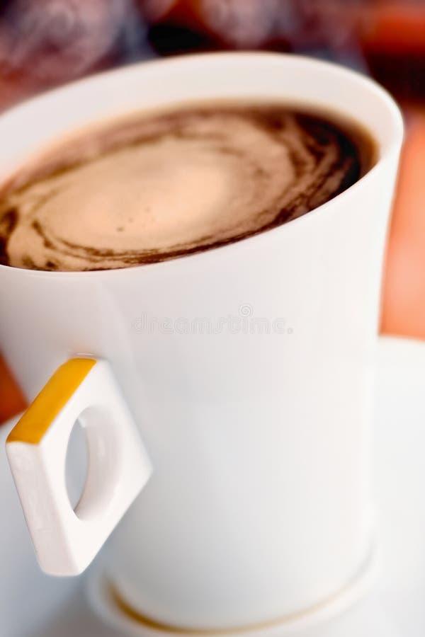 Fermez-vous vers le haut de la cuvette de coffe photographie stock libre de droits